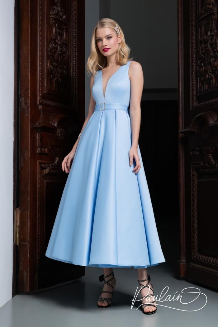 Лаконичное вечернее платье из атласа чайной длины с глубоким декольте - ЛИВ Чайная   Paulain