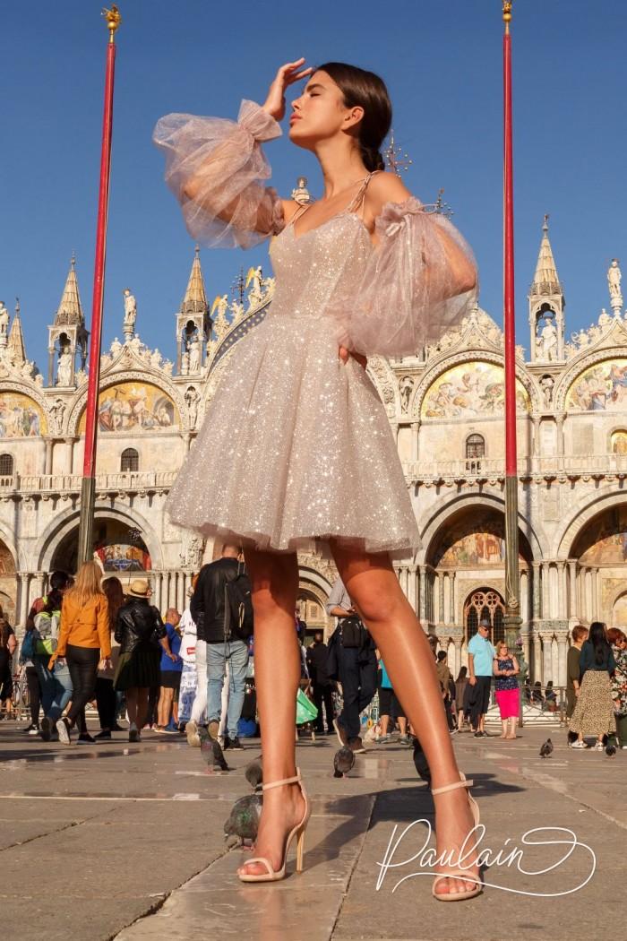Короткое платье из блестящей ткани с пышной юбкой и объемными рукавами - АНЖЕЛИКА | Paulain